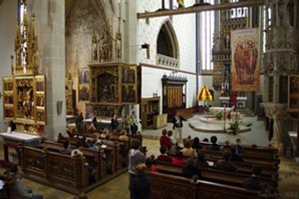Potulky v bazilike. Priblížili históriu bočných oltárov Baziliky sv. Egídia, ktoré patria medzi skvosty gotického umenia.