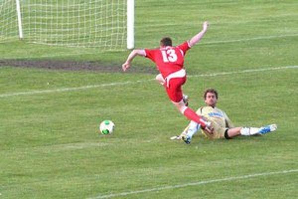 Jeden  z kľúčových momentov. Domáci gólman zastavil Dzúrika v 26. minúte nedovolene. Z jedenástky Bardejov otvoril skóre.