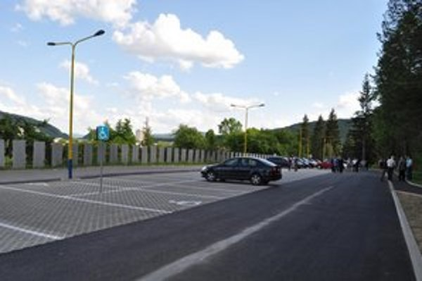 Očakávané parkovisko. Na mieste vzniklo 48 parkovacích miest pre osobné automobily, dve parkovacie miesta pre zdravotne postihnuté osoby a dve pre minibusy.