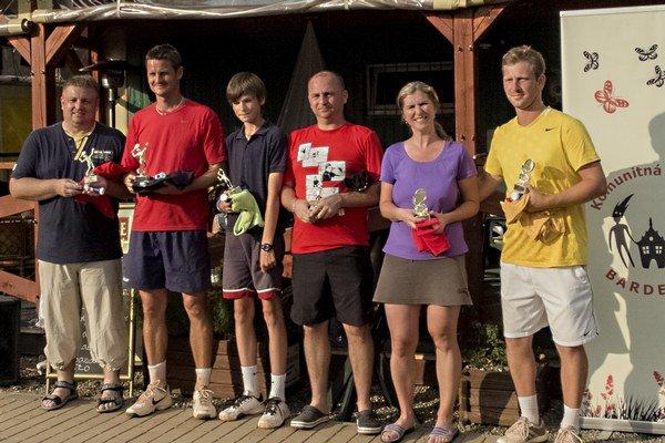 Úspešní tenisti, zľava Harčarufka, Senčák, Repka, Mačejovský, Savčinská, Kurimský.