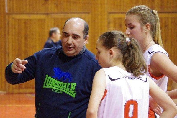 Tréner Mojdis radí basketbalistkám BKM.