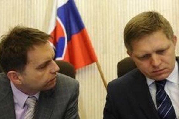 Premiér Robert Fico a minister financií Peter Kažimír.