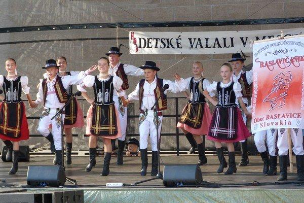 Detské valali v mesce. Detská folklórna skupina Raslavičanik na akcii zastupovala slovenský folklór.
