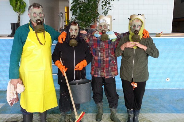 Pri manipulácii s kyselinou používali plynové masky.