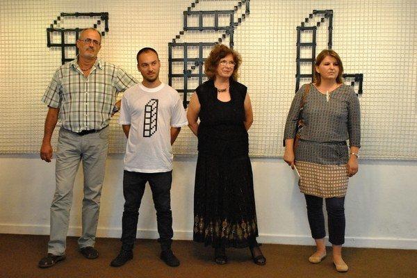 Netradičná výstava, ktorá sa dá čítať. Igor Kudzej, riaditeľ Vihorlatskej hvezdárne, Samo Čarnoký, Mária Mišková a Zuzana Labudová.