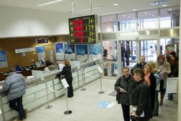 Banky budú opäť ponúkať klientom základný bankový produkt za euro mesačne.
