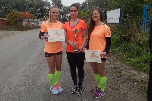 Družstvo dievčat z Gymnázia arm. gen. L. Svobodu Humenné. Víťazky v súťaži družstiev stredných škôl.