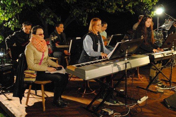 Riaditeľka Nadežda Spišáková na koncerte hrala. Vedľa nej moderátorka Viera Petrovčinová (vľavo).