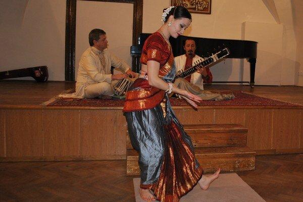 Hudobníci a tanečnica. India v Humennom.
