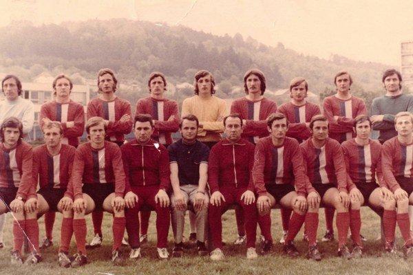 foto z roku 1975. Zľava hore: Ľ. Vyskoč, J. Žipaj, J. Matta, B. Majerník, J. Dzurov, D. Horodník, J. Oleárnik, V. Pčola, D. Hrabovský. Sedia zľava: M. Szczygieľ, P. Burda, J. Murinčák, J. Pirič - asistent trénera, M. Tóth - vedúci mužstva, Š. Pšenko - tré