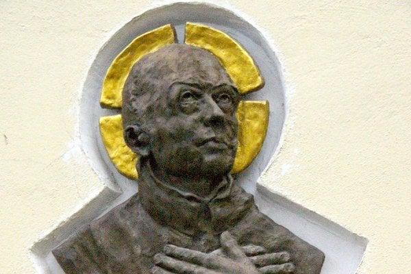 Štefan Pongrác. Podobizeň sv. Štefana Pongráca sa nachádza na  farskom kostole Všetkých svätých v Humennom. Zhotovil ju Humenčan Ján Miško.