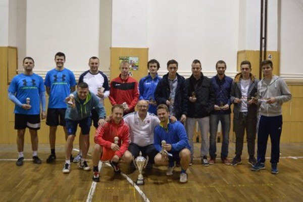 Účastníci nohejbalového turnaja. Pokračovali vtradícii.