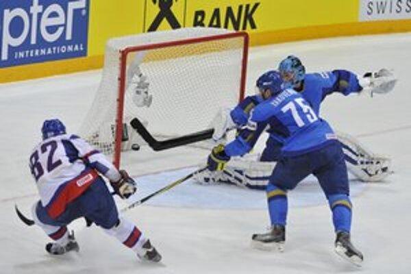 Slovenský center Tomáš Kopecký strieľa štvrtý gól Kazachstanu.