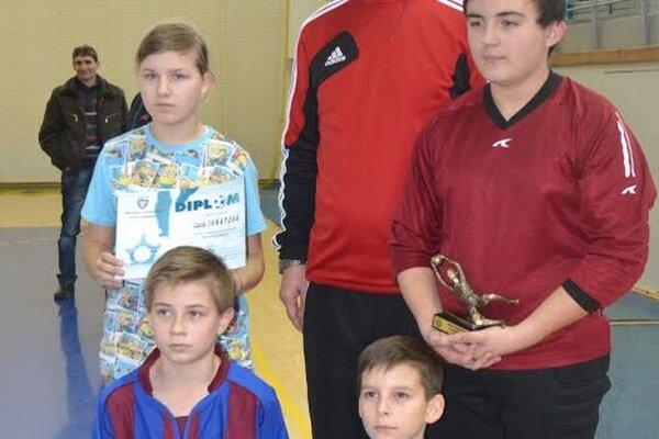 Ocenení najmladší žiaci. Zľava hore L. Ihnátová, O. Vasilco, dolu M. Zmuda aJ. Holp.