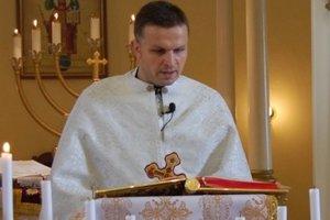V kňažskom rúchu. Miloš Baran počas svätej omše.