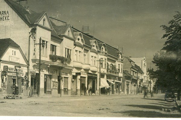 Obchod sa nachádzal vdomčeku vsusedstve domov, ktoré stoja dodnes.