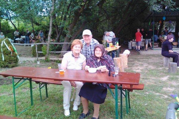 Nestretli sa len susedia, ale aj generácie. A hneď tri: 96-ročná Mária Buberová so svojou dcérou, 72-ročnou Annou Marcinčákovou ajej manželom, 79-ročným Andrejom Marcinčákom. Fotografoval vnuk pani Buberovej, 44-ročný Peter Marcinčák. Všetci patria kprv