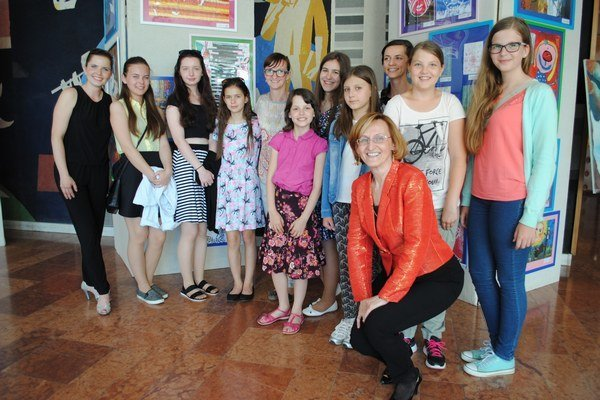 Výtvarníčky. Bývalá pedagogička školy Zora Varcholová so žiačkami asúčasnou výtvarníčkou Erikou Flimel na vernisáži.