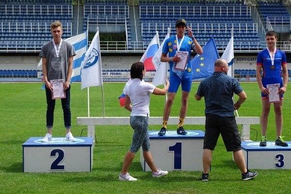 Mladý humenský atlét Patrik Megela. Dve zlaté medaily mu unikli ocentimeter.