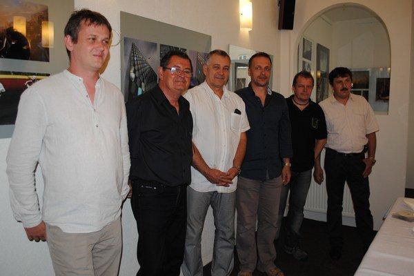 Karpatské obzory. Michal Čekan (zľava), František a Jozef Feiglovci, Miroslav Porochnavý, Peter Fiľakovský a Peter Harvan.