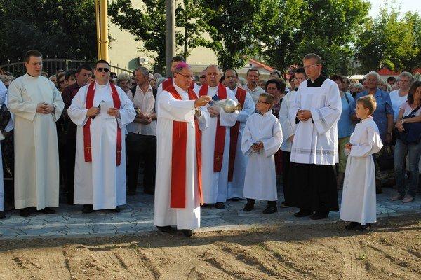 Požehnanie. Obnovenú Kalváriu požehnal Mons. Bernard Bober.