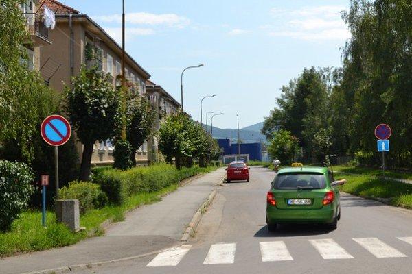 Školská ulica. Autá na nej parkujú bežne.