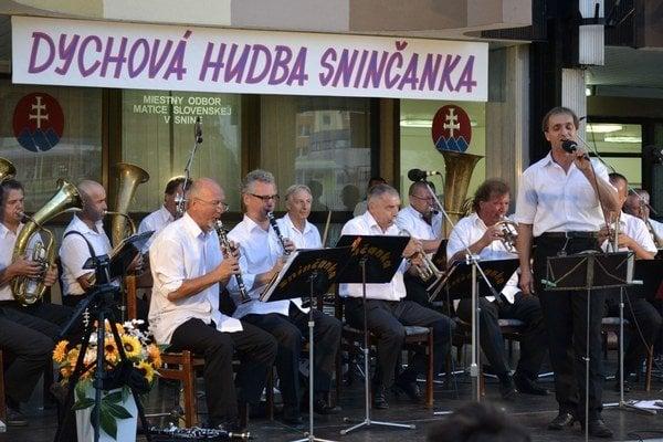 Dychová hudba Sninčanka. Koncert sa uskutočnil pri príležitosti 10. výročia úmrtia zakladateľa a dlhoročného vedúceho Andreja Pčolu.