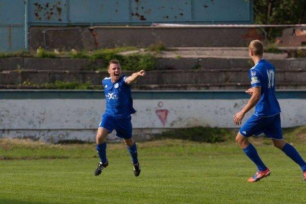 Humenská radosť. Peter Petričko (vľavo) sa teší z gólu, Humenčania z domáceho víťazstva.