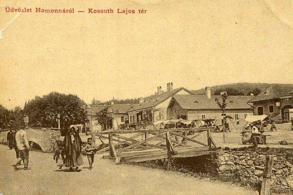 Drevený mostík cez Kudlovský potok. V týchto miestach stála prvá socha Jána Nepomuckého.