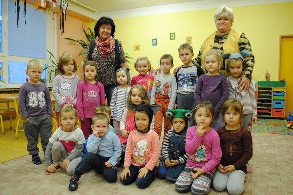 Deti a pani učiteľky Gabriela Rebejová (vľavo) a Helena Sisková.