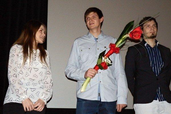 Kameraman a režisér Daniel Kontuľ (s kyticou).