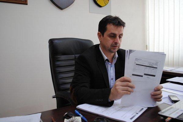 Vladislav Višňovský ukazuje príjmový doklad z firmy, ktorý kovový odpad od mesta kúpila.