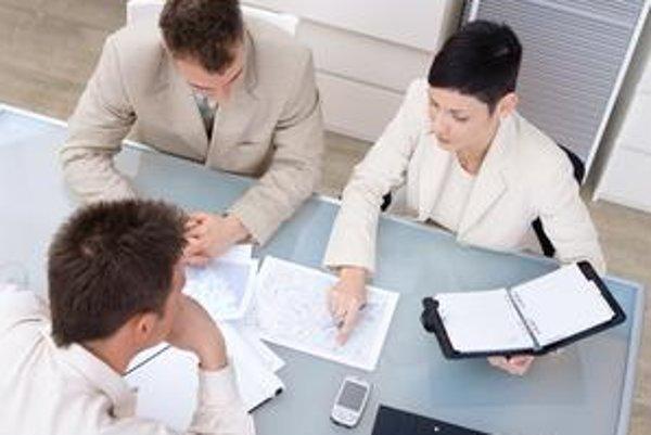 Výšku platu sa uchádzači často dozvedajú až na pohovore.