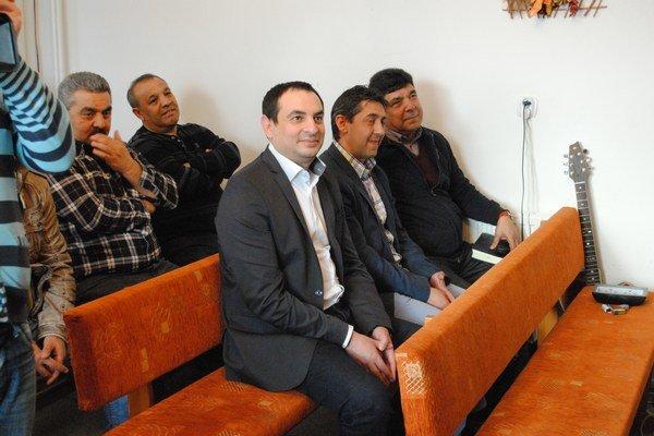 Splnomocnenec vlády Peter Pollák v sprievode pastorov Mariána Kaleju (vpravo) a Rinalda Olaha (v strede).