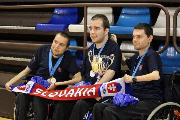 Slovenskí zlatí medailisti v boccii. Uprostred Samuel Andrejčík.