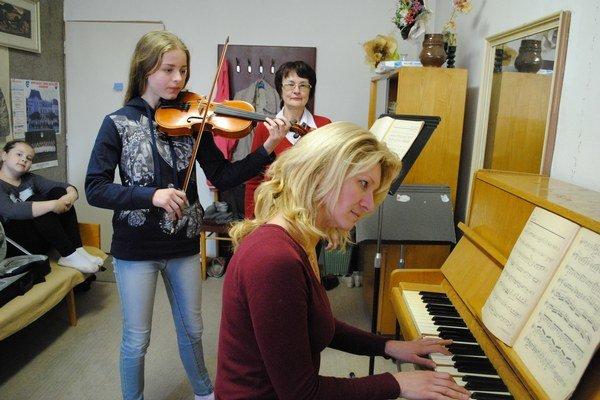 Júlia Lichmanová s učiteľkou Katarínou Harvanovou a korepetítorkou Máriou Bérešovou.