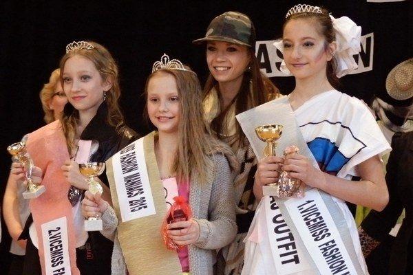 Víťazky s porotkyňou Andreou Kováčovou, Miss Dance SR 20132. vicemiss Sandra Paňková, Miss Fashion Maniacs 2015 Miriam Židziková a 1. vicemis Aneta Gabriková.