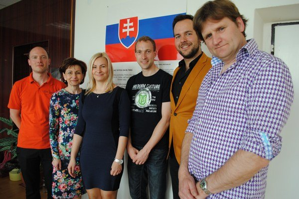 Holandskí hostia. Zľava Niels Tiebosch, Daniela Polovková, riaditeľka ZUŠ, Xénia Holotová, jej dcéra, Joep van der Vekler, Tom van Aarle a Peter van Horik.