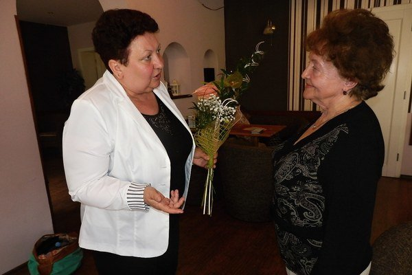 Dana Salanciová a Anna Sotáková. Prezidentka SKO blahoželá dlhoročnej členke klubu Prameň.