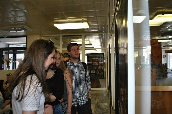 Výstava Natura excelenta je zaujímavá aj pre študentov. Banery sú vo vstupných priestoroch knižnice.