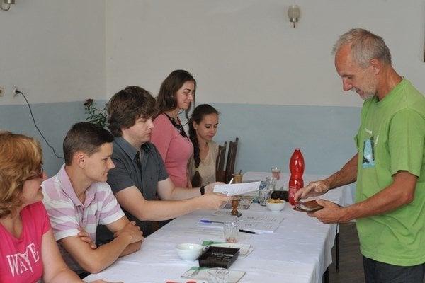 Volič počas voľby nového starostu obce v obci Harakovce.
