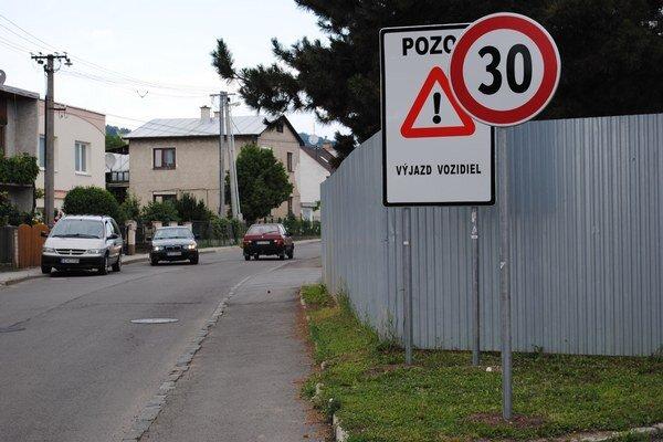Tridsiatka. V nebezpečnej zákrute treba znížiť rýchlosť.