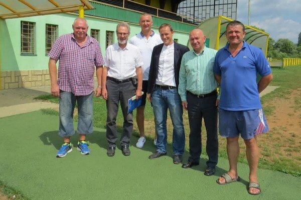 Zástupcovia UEFA, mesta a klubu na stretnutí.