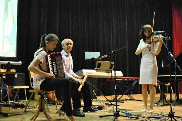 Na jednom pódiu otec Anton, dcéry Antónia a Janka.