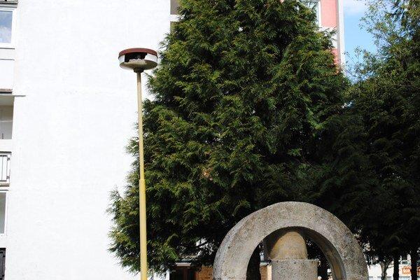 Rozbité. Aj takto vyzerali niektoré lampy na Sídlisku III.