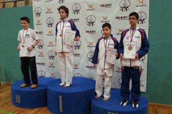 Reprezentačný bronz. Získal ho Samuel Kukura (úplne vpravo).