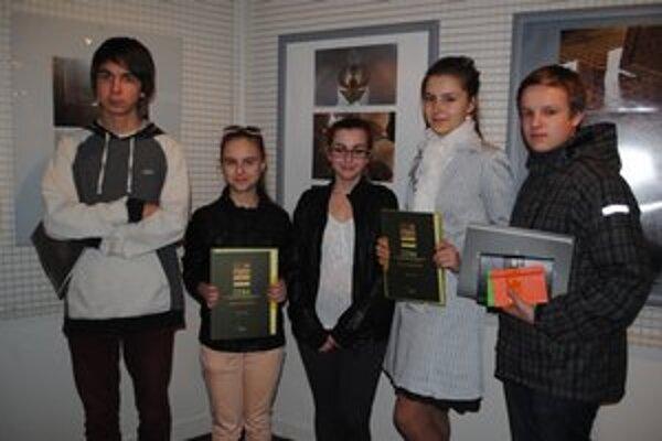 Najmladší fotografi: Lukáš Miško (zľava), Alžbeta Dlugošová, Simona Čupáková, Ráchel Rehaneková a Timotej Janko.