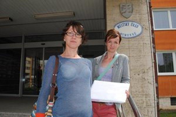 Jana Ďurašková (vľavo) a Zora Varcholová. Petíciu s 1 187 podpismi odovzdali do podateľne mestského úradu vo štvrtok 9. mája.