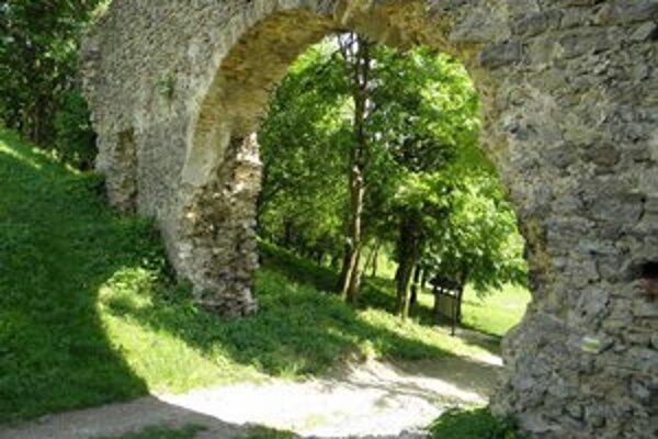 Hradná brána zo 17. sotorčia. Na jar z nej odpadol kus klenby.