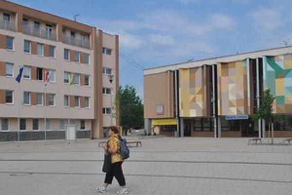Priestory. Okresný úrad bude v Snine na prízemí Domu kultúry v bývalých výstavných priestorov Domu Matice slovenskej. Hneď vedľa je mestský úrad.